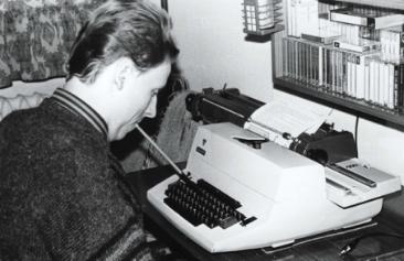 Człowiek piszący na maszynie za pomocą ust