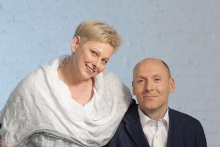 Portret Piotra Pawłowskiego objętego przez jego żonę Ewę
